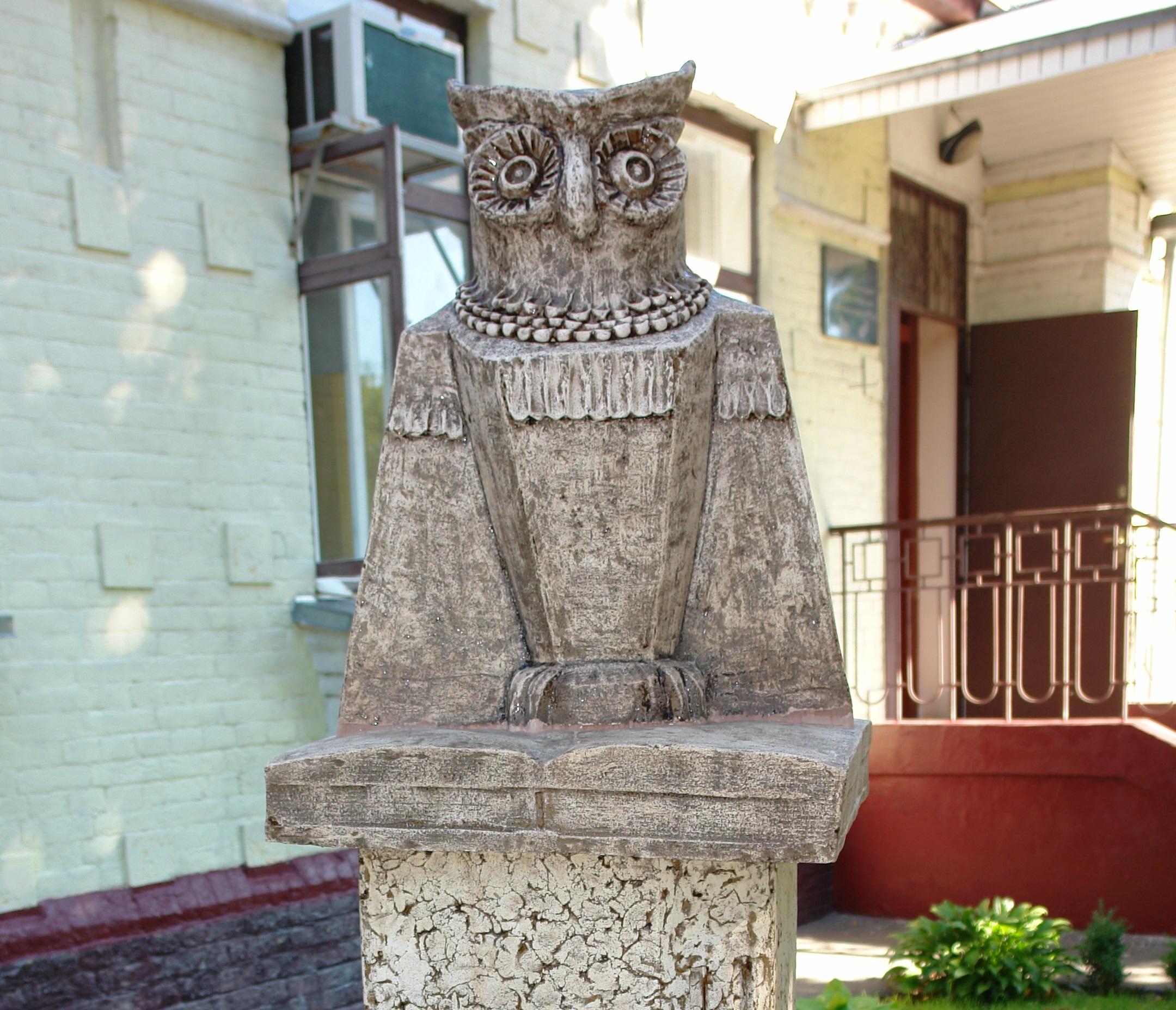 картинки сова статуя между кузовными